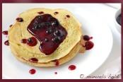 pancakes con salsa ai mirtilli